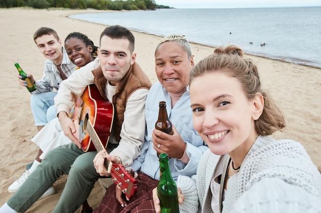 Vrienden nemen selfie op strandfeest