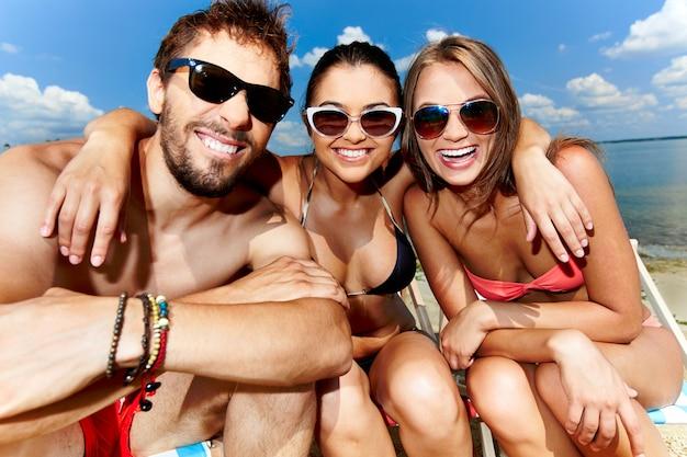 Vrienden omarmen op het strand