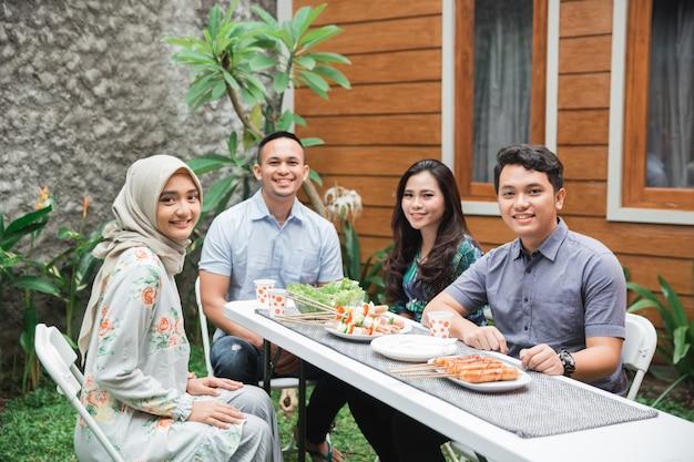 Vrienden ontbijten in de tuin