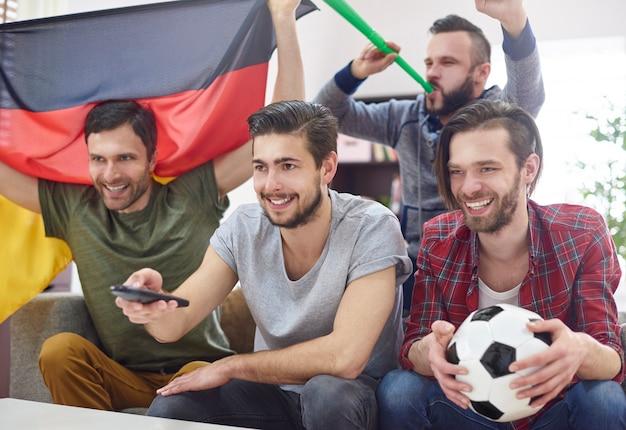 Vrienden ontmoetten elkaar om een wedstrijd op tv te kijken