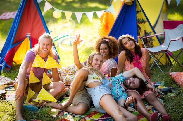 Vrienden ontspannen op de camping