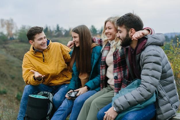 Vrienden ontspannen op een bankje in de bergen tijdens het klimmen