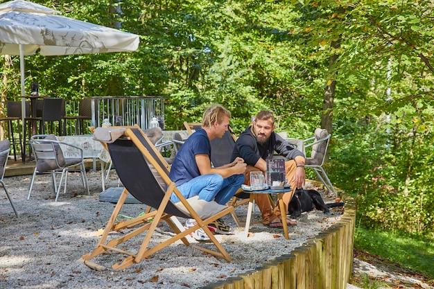 Vrienden ontspannen op het terras van een café