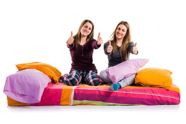 Vrienden op bed met duim omhoog