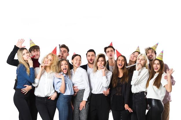 Vrienden op een feestje op wit wordt geïsoleerd. concept van de vakantie.