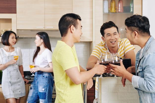 Vrienden op huisfeest