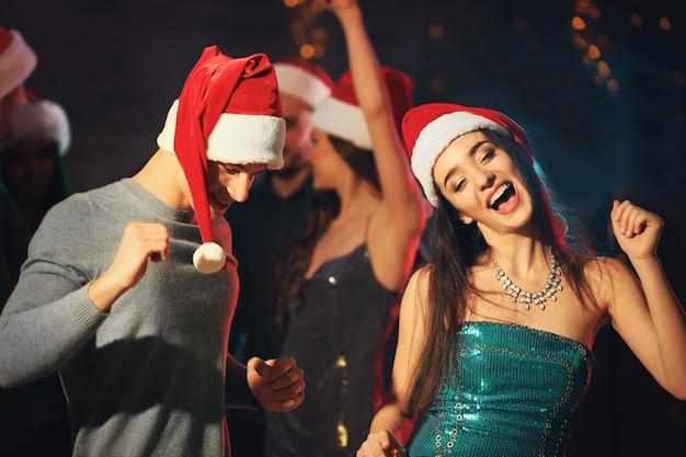 Vrienden op kerstfeest in nachtclub