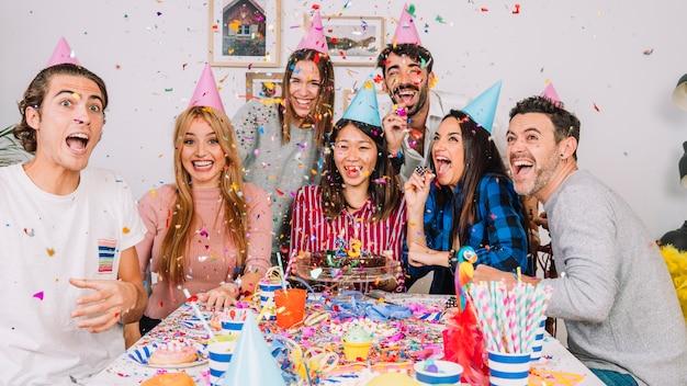 Vrienden op verjaardagsfeestje
