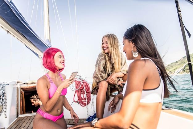 Vrienden op zeilboot