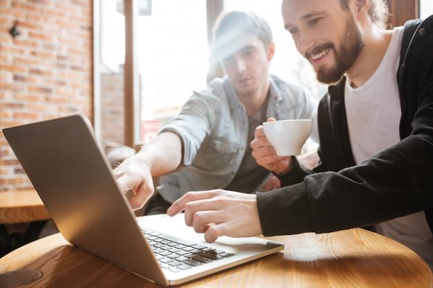 Vrienden op zoek in laptop