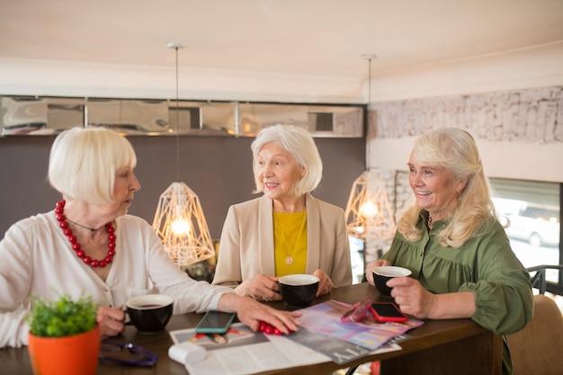 Vrienden. oude vrienden die samen tijd doorbrengen en koffie drinken in een café