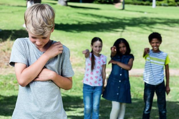 Vrienden plagen een jongen