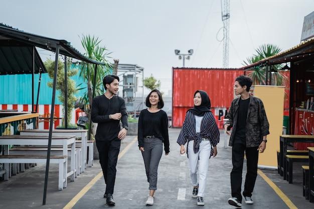 Vrienden plezier buitenshuis wandelen op de weg samen