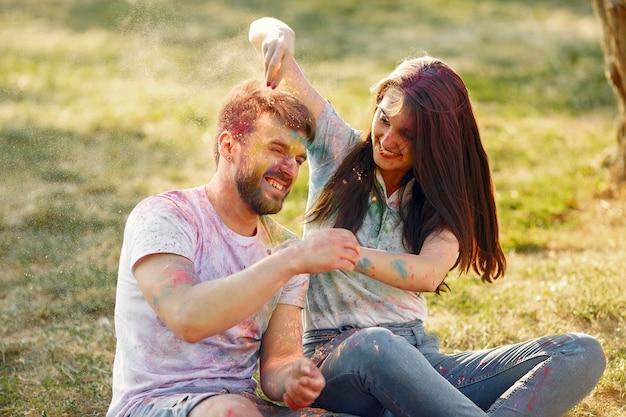 Vrienden plezier in een park met holi verf
