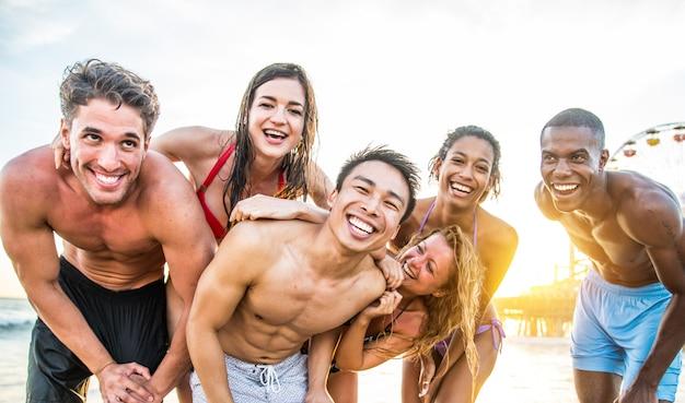 Vrienden plezier op het strand