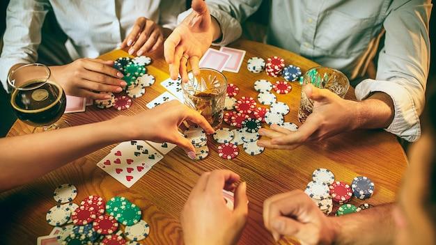 Vrienden plezier tijdens het spelen van bordspel.