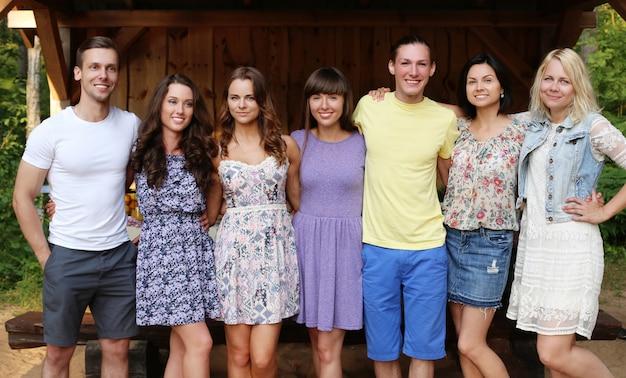 Vrienden poseren voor een groepsfoto