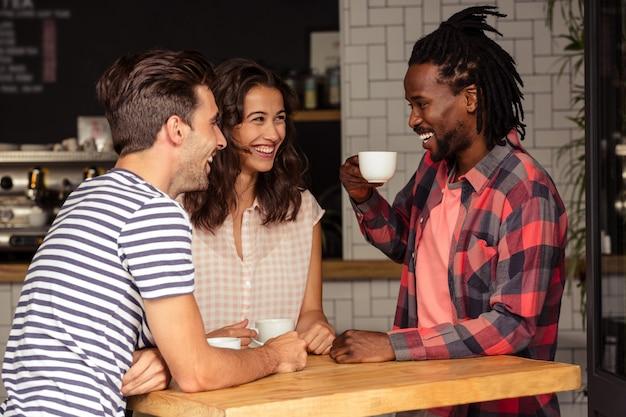 Vrienden praten samen en glimlachen