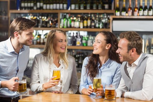 Vrienden praten terwijl bier