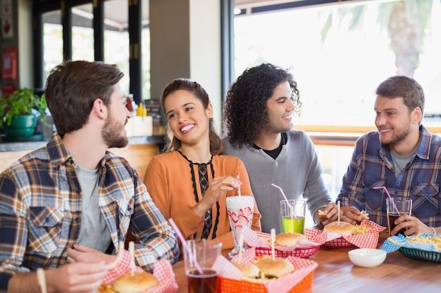 Vrienden praten tijdens de lunch in restaurant
