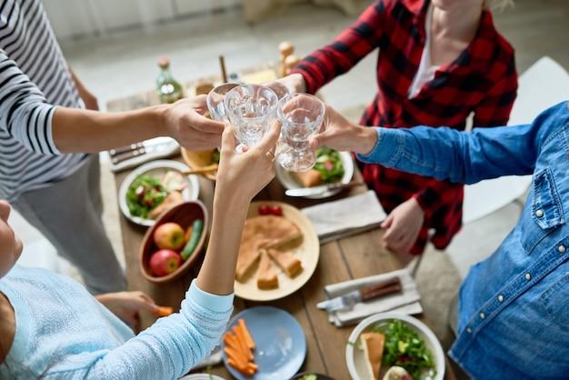Vrienden rammelende bril tijdens het diner
