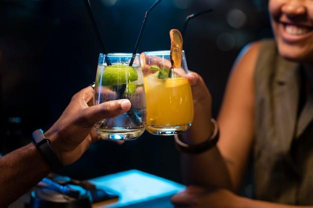 Vrienden rammelende drankjes close-up