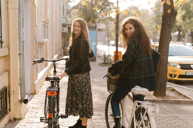 Vrienden rijden op de fietsen in de stad