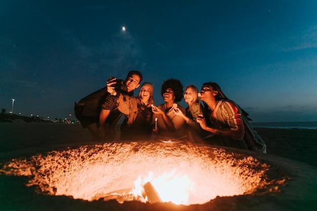 Vrienden roosteren marshmallows voor s'mores