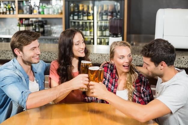 Vrienden roosteren met bier