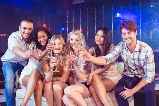Vrienden roosteren met champagne