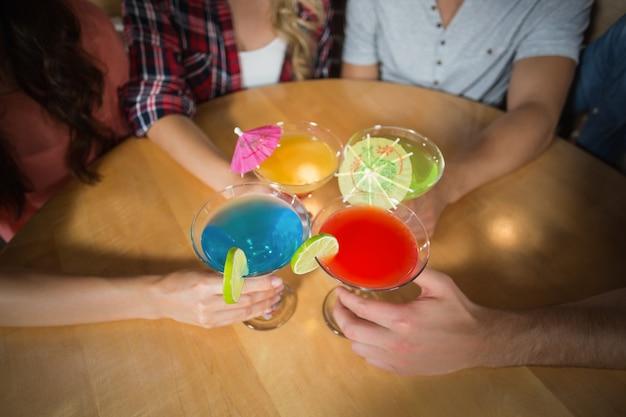 Vrienden roosteren met cocktails
