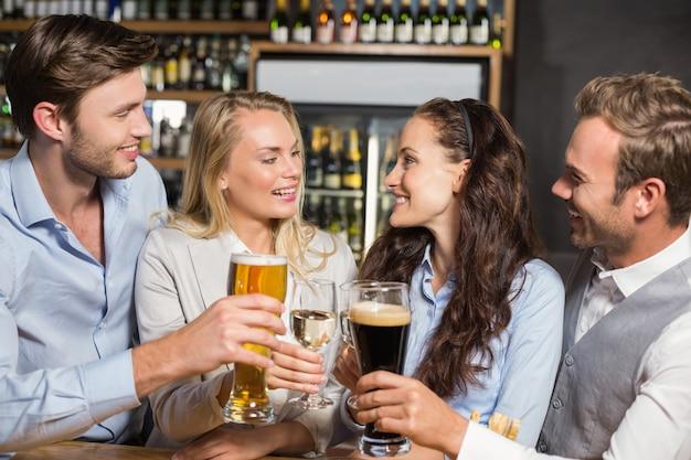 Vrienden roosteren met dranken