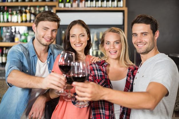 Vrienden roosteren met wijn