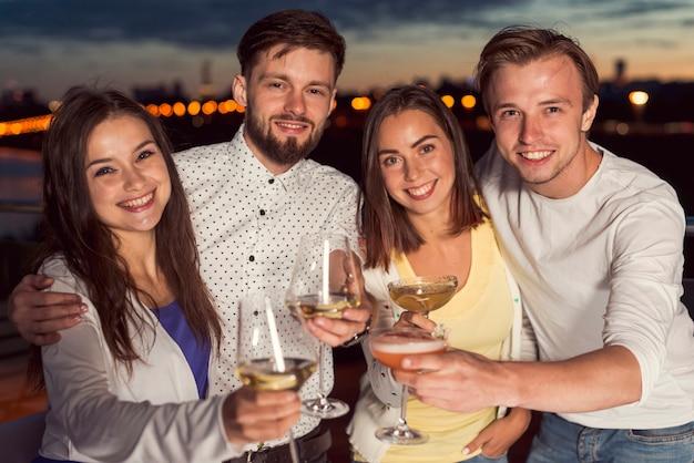 Vrienden roosteren op een feestje
