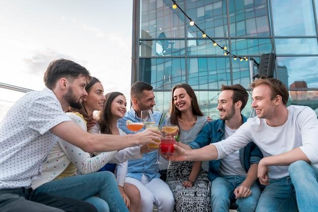 Vrienden roosteren op een terrasfeestje