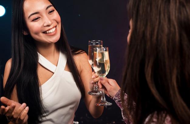 Vrienden roosteren ter viering van het nieuwe jaar