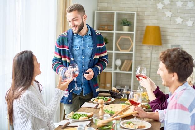 Vrienden roosteren tijdens het diner