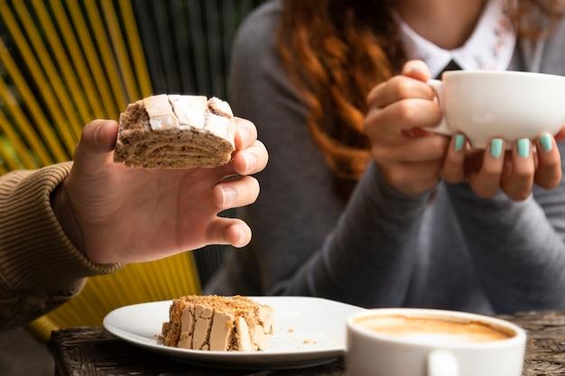 Vrienden samen bij koffiewinkel met snoepjes