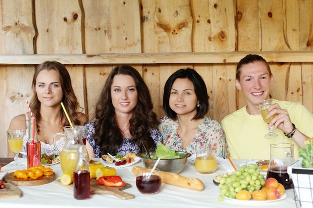 Vrienden samen eten in een restaurant