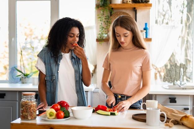 Vrienden samen koken in de keuken