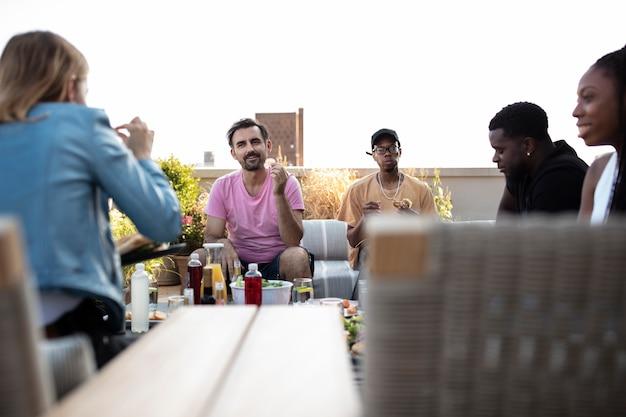 Vrienden samen koken op een barbecue
