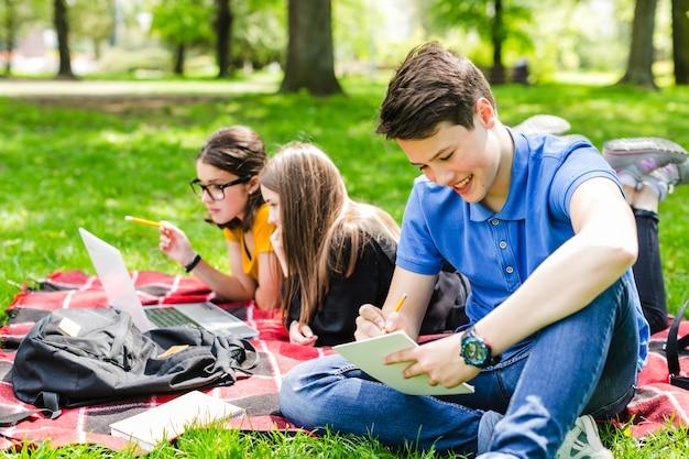 Vrienden schrijven en studeren