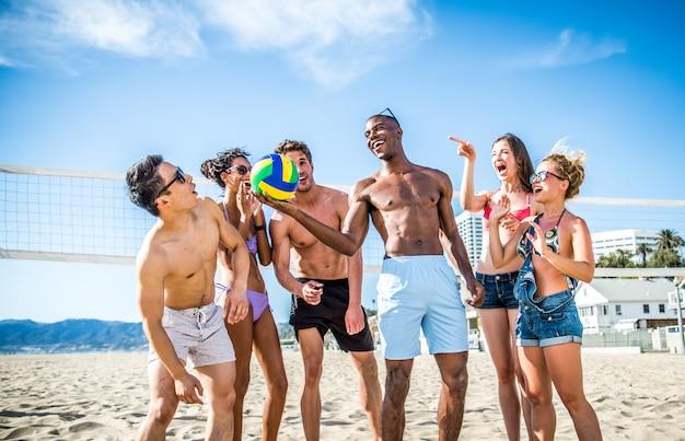 Vrienden spelen beachvolley