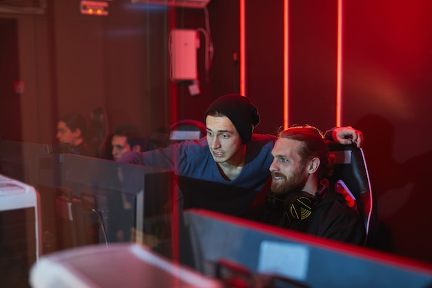 Vrienden spelen computerspel in pc game club