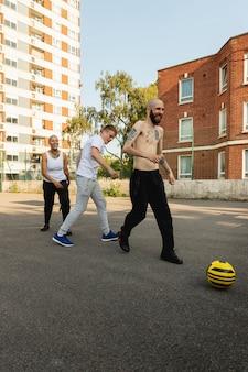 Vrienden spelen met bal volledig schot