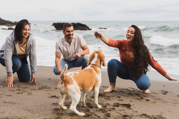 Vrienden spelen met hond