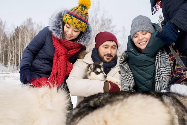 Vrienden spelen met husky honden