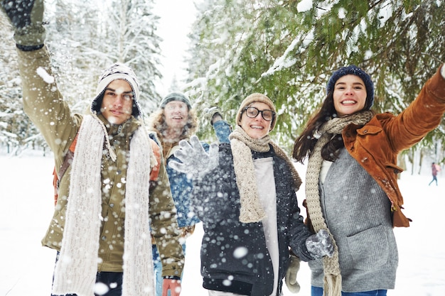 Vrienden spelen met sneeuw op vakantie