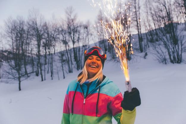 Vrienden spelen op de bergen, vieren en plezier maken
