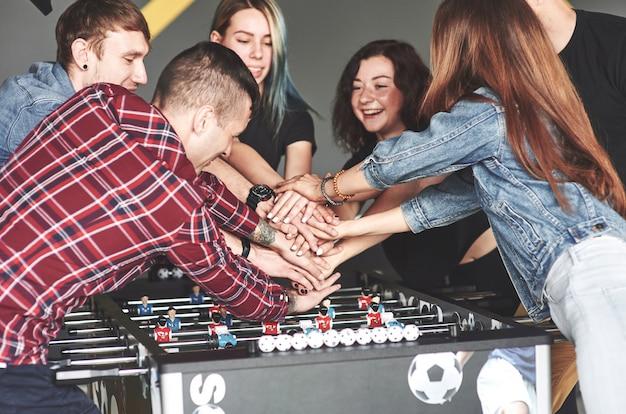 Vrienden spelen samen bordspellen, tafelvoetbal